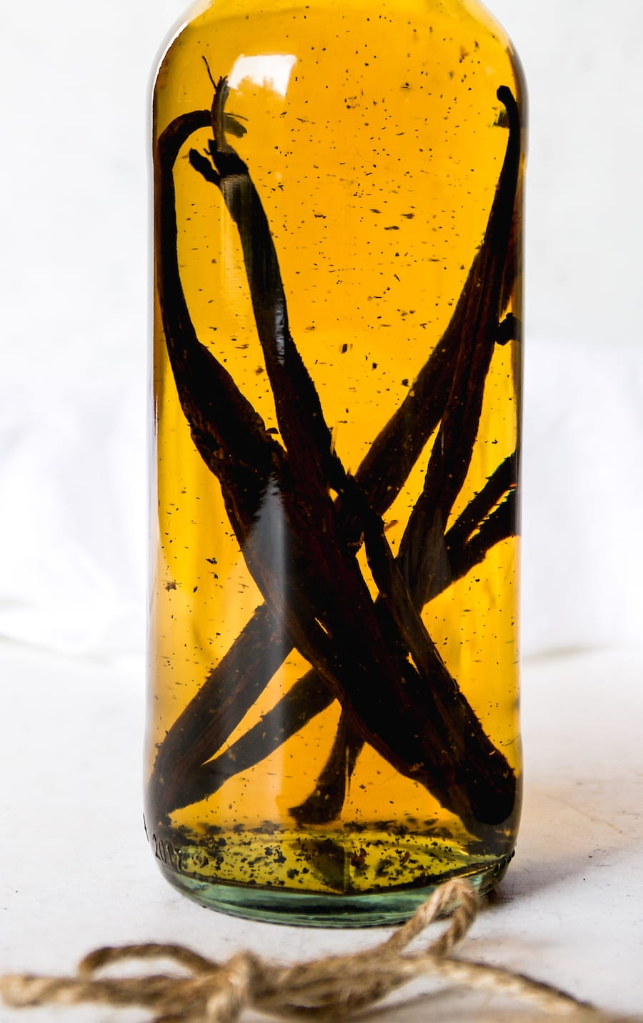 Make Your Own Vanilla Bean Extract | Recipe via DisplacedHousewife Rebecca Firth